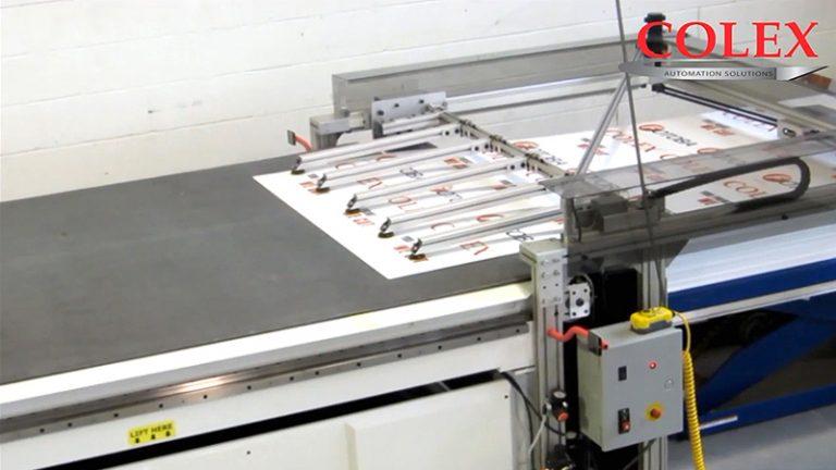 클램핑 바는 롤 소재나 평판 소재 재단시, 컨베이어가 움직이는 속도에 맞추어 소재가 이동할 수 있도록 보조하여 주는 장치입니다.